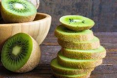 Kiwifruit in een kom met gesneden kiwistukken Royalty-vrije Stock Fotografie