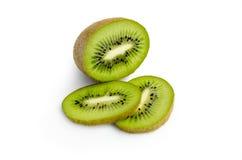 Kiwifruit en zijn gesneden die segmenten op witte achtergrond wordt geïsoleerd Stock Foto