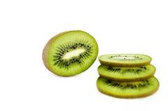 Kiwifruit en zijn gesneden segmenten op witte achtergrond Stock Foto