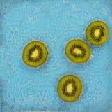 Kiwifruit koktajl elektryczny błękitny tło - w sodowanej wodzie - fotografia royalty free