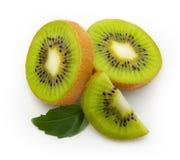 Kiwifruit met bladeren Royalty-vrije Stock Afbeeldingen