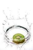 Kiwifruit in middelgrote plons Royalty-vrije Stock Afbeeldingen