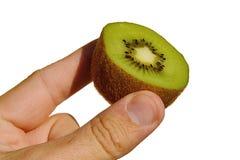 Kiwifruit nannte auch das chinesische goosebery oder lateinischen Actinidia geschnitten zur Hälfte gehalten in der linken Hand au Stockfotos