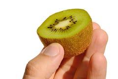 Kiwifruit nannte auch das chinesische goosebery oder lateinischen Actinidia geschnitten zur Hälfte gehalten in der linken Hand au Lizenzfreies Stockbild