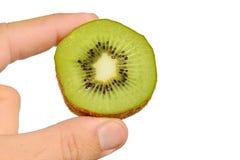 Kiwifruit nannte auch das chinesische goosebery oder lateinischen Actinidia geschnitten zur Hälfte gehalten in der linken Hand au Lizenzfreies Stockfoto
