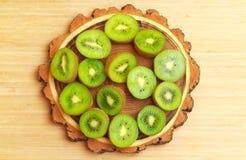 Kiwifruit op de de besnoeiingsraad van het boomhout Stock Fotografie