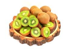 Kiwifruit op de de besnoeiingsraad van het boomhout op wit wordt geïsoleerd dat Royalty-vrije Stock Foto