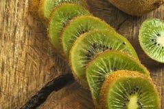 Kiwifruit op de scherpe raad Stock Fotografie