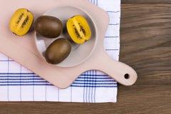 Kiwifruit op een hoogste mening van de knipselraad Stock Foto's