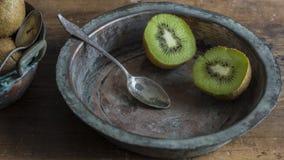 Kiwifruit op houten oppervlakte Royalty-vrije Stock Foto