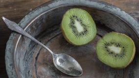 Kiwifruit op houten oppervlakte Stock Afbeeldingen