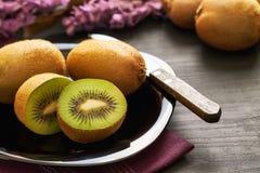 Kiwifruit op plaat wordt gediend die royalty-vrije stock fotografie
