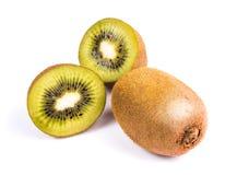 Kiwifruit op witte achtergrond, macro wordt geïsoleerd die Stock Foto's