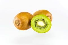 Kiwifruit op witte achtergrond wordt geïsoleerd die Royalty-vrije Stock Afbeelding