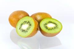 Kiwifruit op witte achtergrond wordt geïsoleerd die Stock Afbeelding