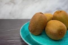 Kiwifruit på en platta arkivbild