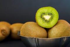 Kiwifruit på mörk bakgrund Fotografering för Bildbyråer