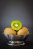 Kiwifruit på mörk bakgrund royaltyfria bilder