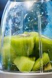 Kiwifruit w blender filiżance Obraz Royalty Free