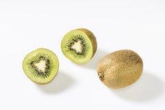 Kiwifruits gegen weißen Hintergrund lizenzfreie stockfotos