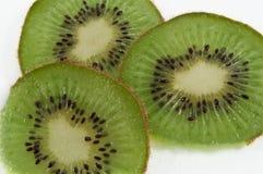 Kiwifruitscheiben stockbilder