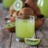 Kiwifruktsaft Fotografering för Bildbyråer