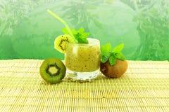 Kiwifruktsaft med frukt och mintkaramellen royaltyfri foto