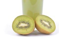 Kiwifruktsaft och frukt på vit bakgrund Arkivfoto