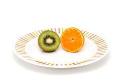 Kiwin och apelsinen Arkivfoton
