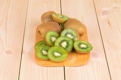 Kiwiplakken op houten achtergrond Stock Foto