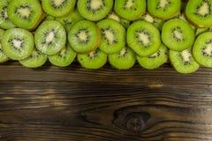 Kiwis coupés en tranches sur la table en bois image libre de droits