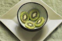 Kiwis dans la cuvette verte Photo libre de droits