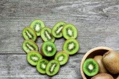 Kiwis en forme de coeur avec le kiwi dans une cuvette Image libre de droits
