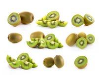 Kiwis entiers et ses segments découpés en tranches d'isolement sur le backg blanc Photo stock