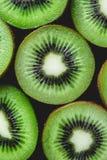 Kiwis entiers mûrs et demi kiwis Photos stock