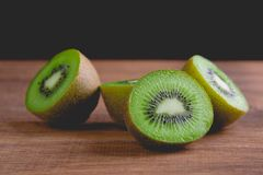 Kiwis entiers mûrs et demi kiwis Photographie stock libre de droits