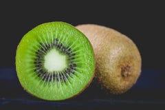 Kiwis entiers mûrs et demi kiwis Photo stock