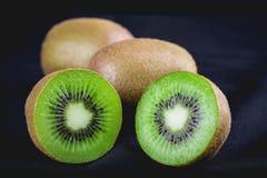 Kiwis entiers mûrs et demi kiwis Image stock