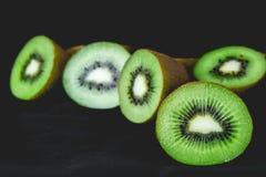Kiwis entiers mûrs et demi kiwis Photographie stock