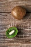 Kiwis entiers mûrs et demi kiwis Images stock