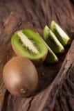 Kiwis et demi kiwis sur le fond en bois, f sélectif Photo stock