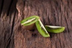 Kiwis et demi kiwis sur le fond en bois, f sélectif Photo libre de droits