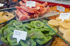 Kiwis et papaye secs découpés en tranches au marché Image stock