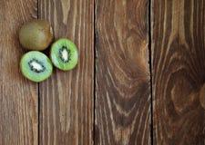 Kiwis organiques frais sur une table en bois Image stock