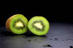 Kiwis sur le fond noir photographie stock libre de droits