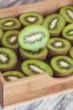 Kiwis verdes en la bandeja de madera fotos de archivo libres de regalías