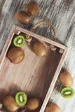 Kiwis verdes en la bandeja de madera fotografía de archivo