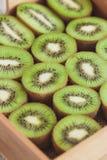 Kiwis verdes en la bandeja de madera fotos de archivo