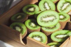 Kiwis verdes en la bandeja de madera imágenes de archivo libres de regalías