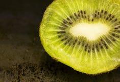 Kiwis verts frais pour le petit déjeuner photo stock